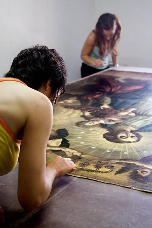 Dos alumnas, en plena restauración del lienzo