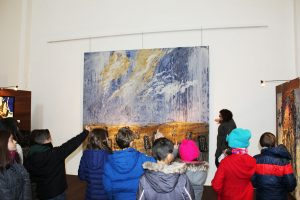 Los niños, con la ayuda de uno de los técnicos de la Fundación Tarazona Monumental, han ido analizando los diferentes cuadros de la muestra.