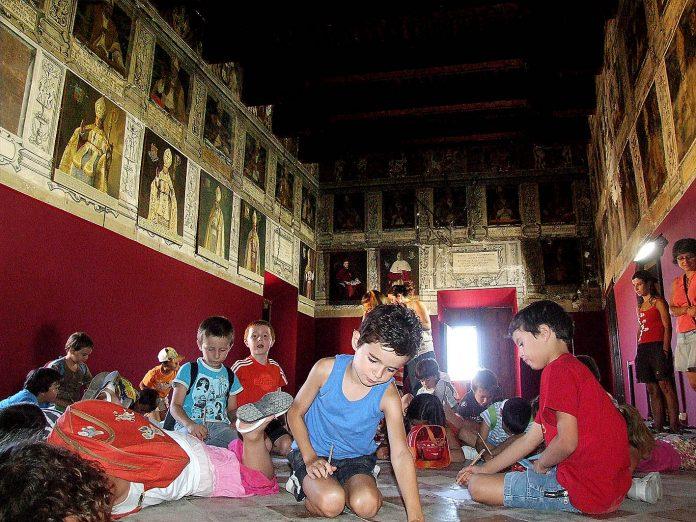 Grupo de niños participando en una de las actividades organizadas por la FTM, en el Salón de Obispos, del Palacio de Episcopal (Tarazona).