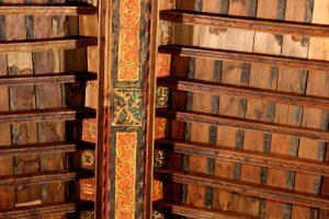 Detalle de la techumbre, decorada con variados temas iconográficos ( aves, hojas,escudos) y epigráficos con caligrafías árabes.