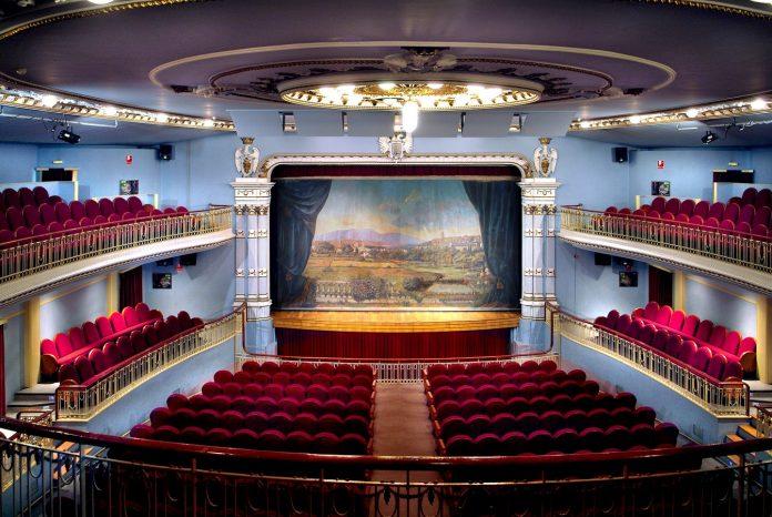 El interior del teatro turiasonense, con el hermoso telón de boca al fondo.
