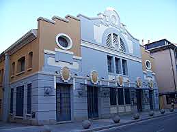 Fachada principal del teatro, en la que el cuerpo central realza el remate escalonado.