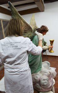 Restauradora de la FTM, en su actuación sobre el ángel.